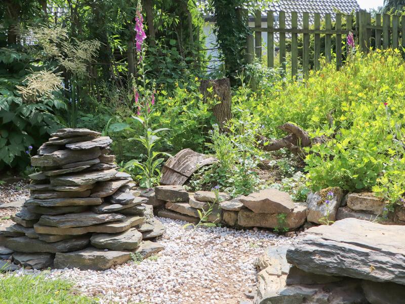 Steinhaufen anlegen im Naturgarten